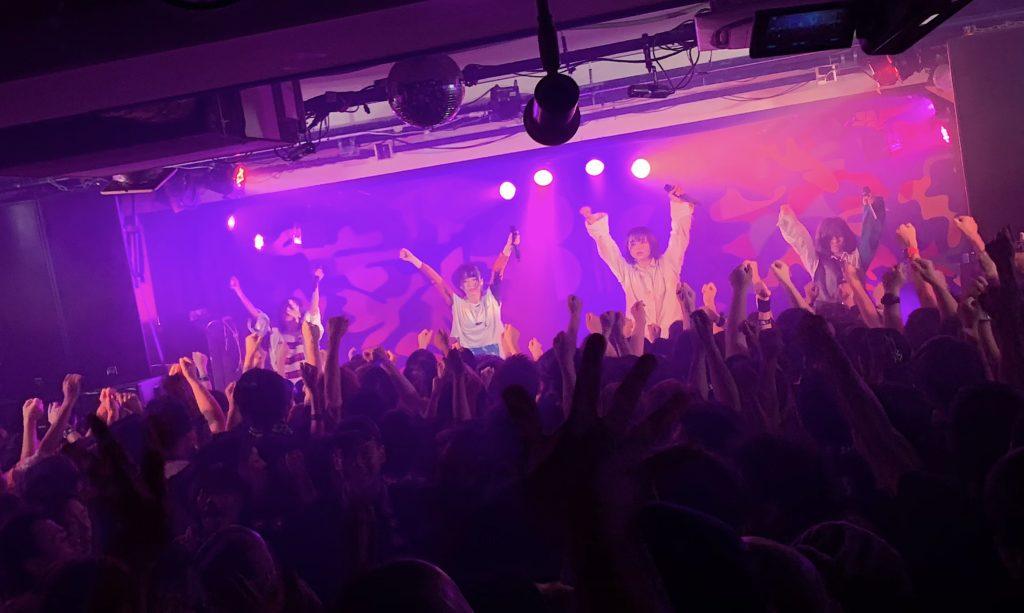 【LIVE REPORT】第3期BiS初ツアー大阪公演、一心不乱に歌い踊り駆け抜けた22曲