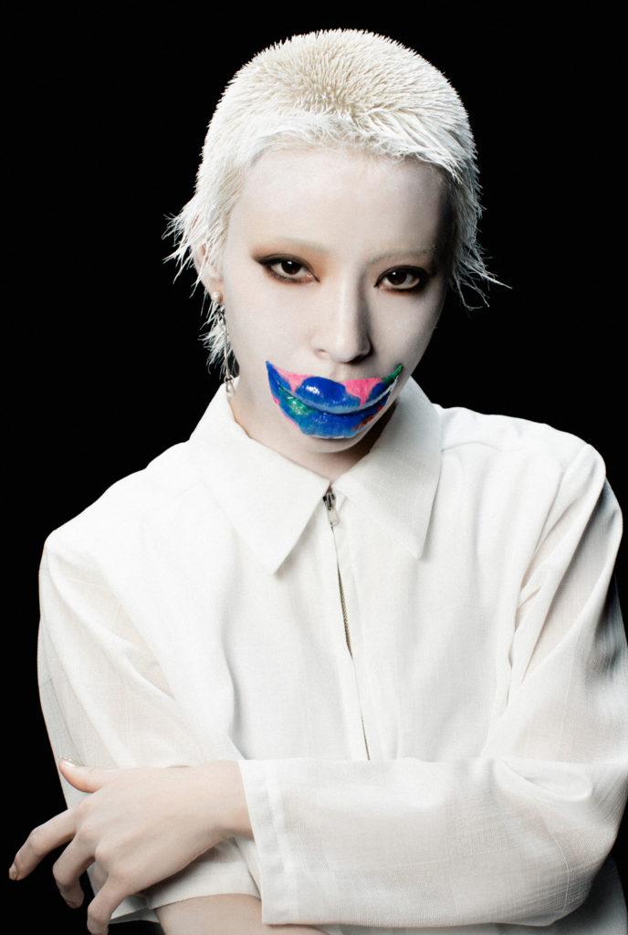 カミヤサキ、初のソロシングル『still…』をゲリラ配信リリース&リリックビデオ公開