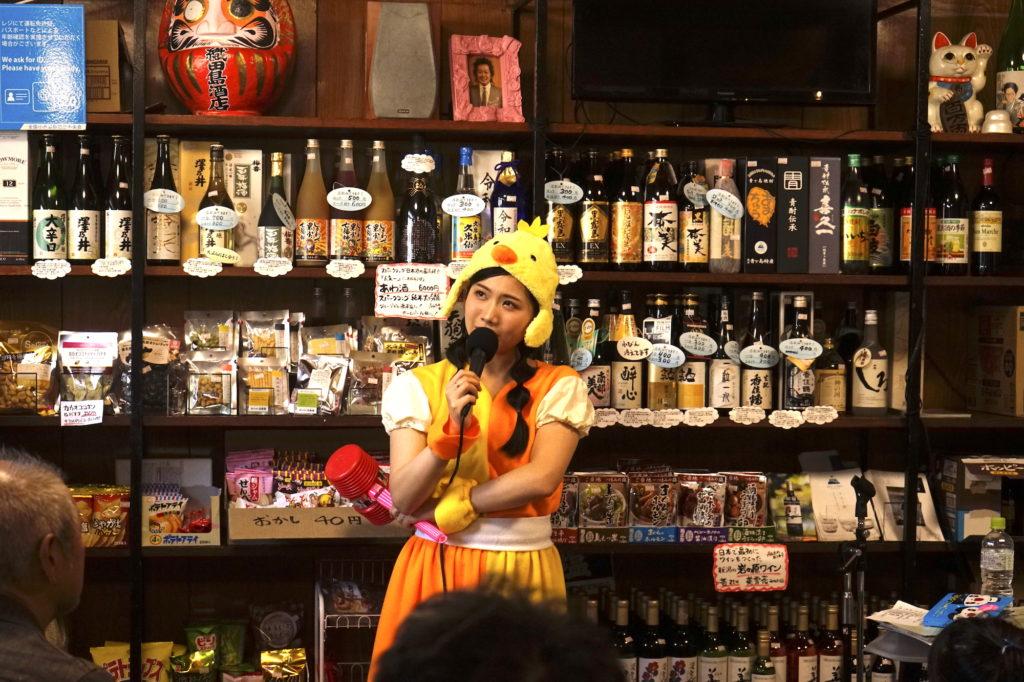 【REPORT】町あかり、大人たちがお酒を飲みながら絵本の読み聞かせを楽しんだ織田島酒店での1日