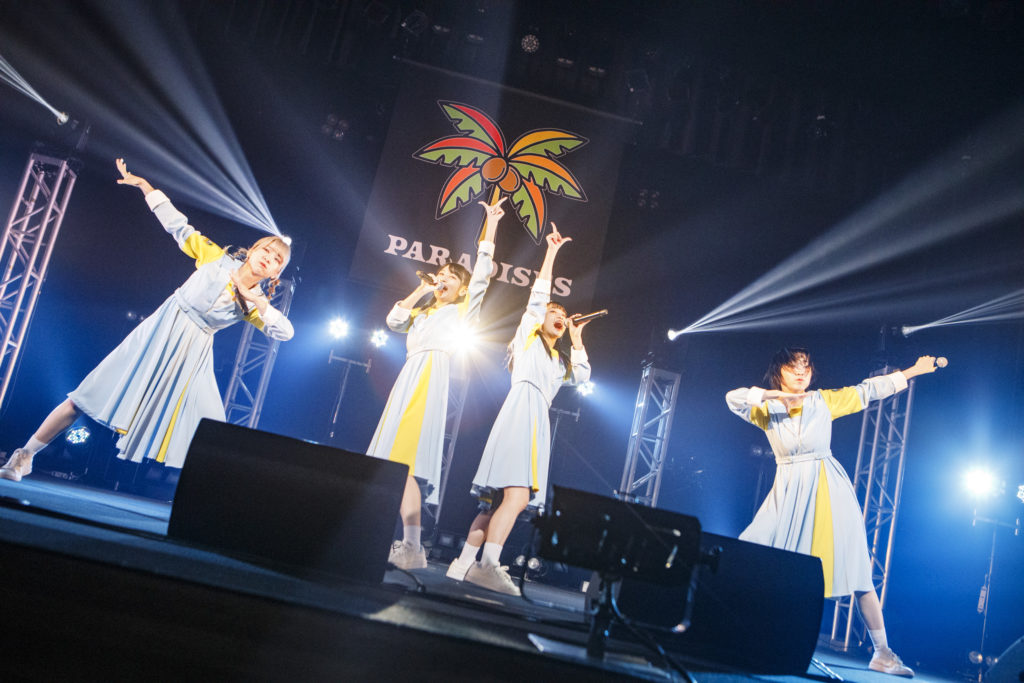 PARADISES、横浜・関内ホール初ワンマンライヴで作り上げた楽園