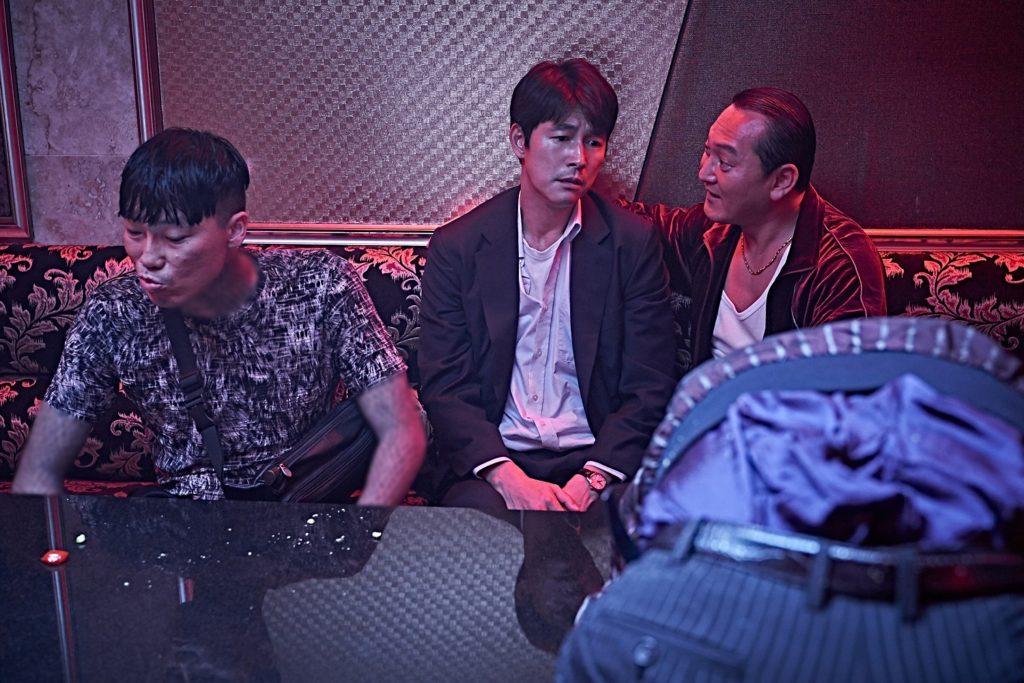 韓国映画『藁にもすがる獣たち』、チョン・ウソンが借金取りから激詰めされる本編映像公開